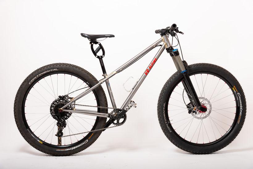 Dames fiets voor 27.5+ banden. Het frame is behandeld met een blankelak en volledig gesoldeerd.