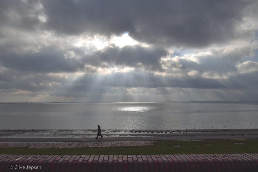 Die Lichtfinger der Sonne auf dem Meer bei Wilhelmshaven