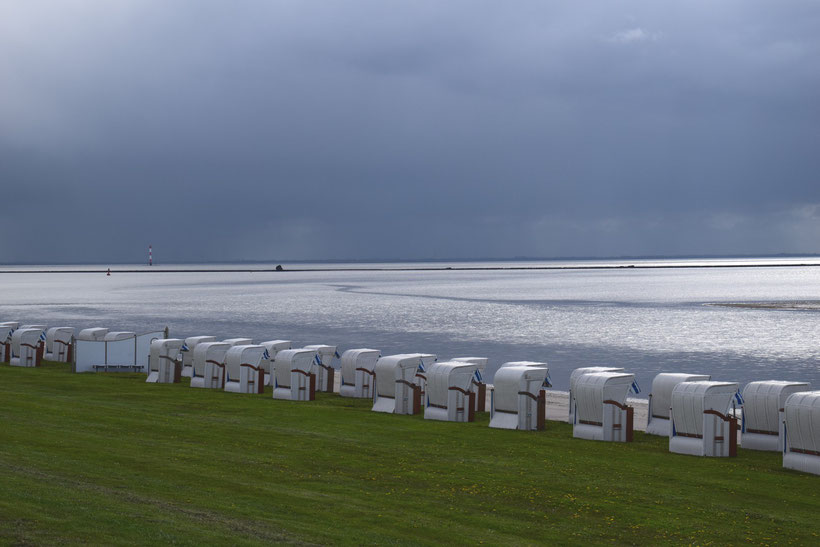 Schlechtes Wetter an der Nordsee.  Nur zeitweise scheint die Sonne zwischen den Wolken durch.