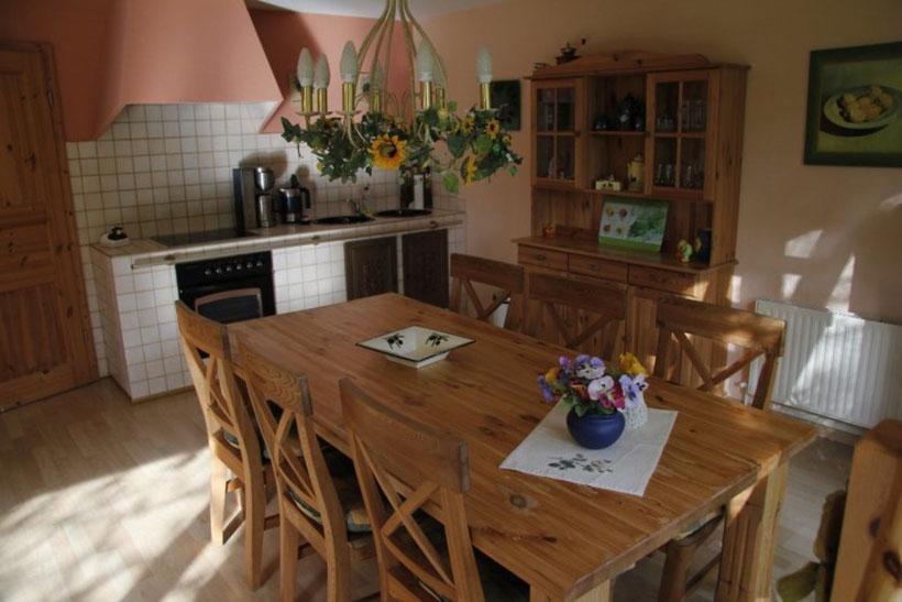 Intregierte Küchenzeile mit Eßtisch, Kaffemaschine, Wasserkocher, Herd mit Ceranfeld und Kühl-Gefrierkombination