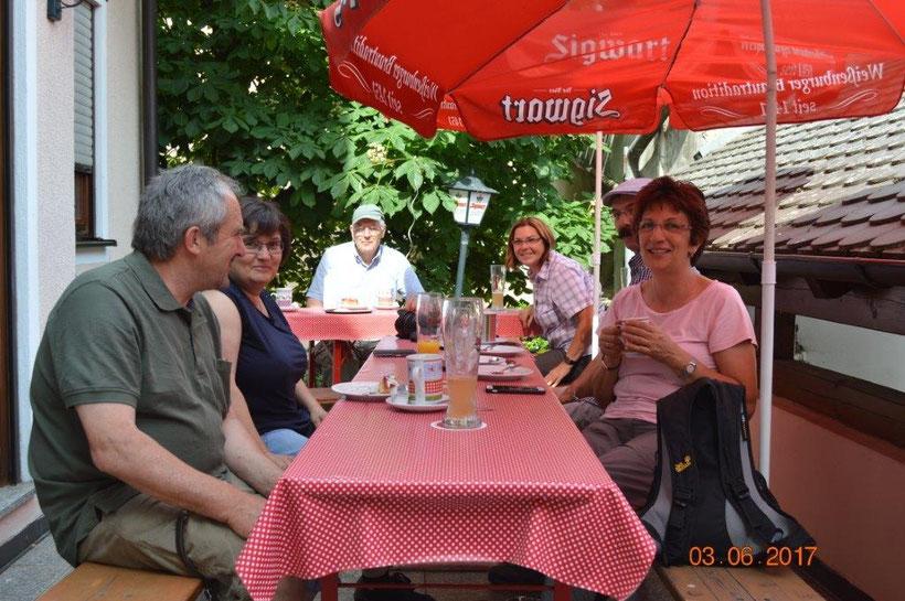 Stärkung im Biergarten des Landgasthauses Weglehner in Landersdorf