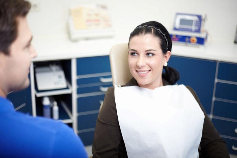 Dr. Acker/ Zahnarzt in einer Behandlungssituation. Zahnarzt Sailauf Aschaffenburg