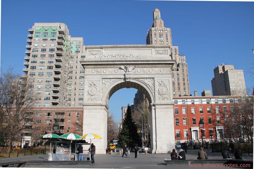 Die besten Sehenswürdigkeiten und Reisetipps für New York City. Triumphbogen im Washington Square Park.