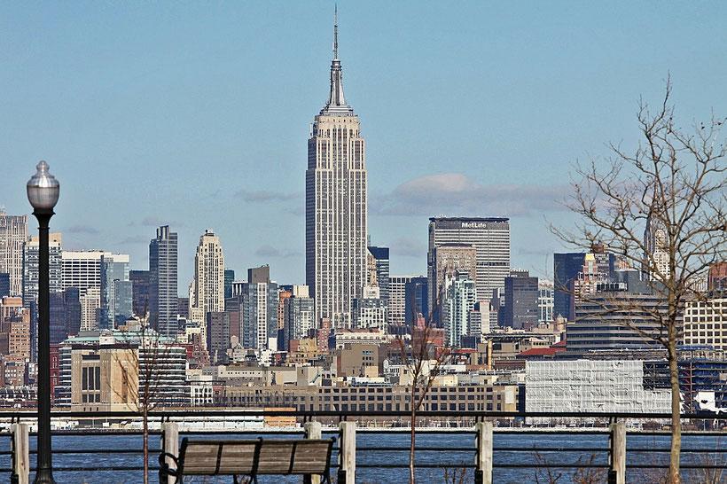 Die besten Sehenswürdigkeiten und Reisetipps für New York City. Manhattan mit dem Empire State Building.
