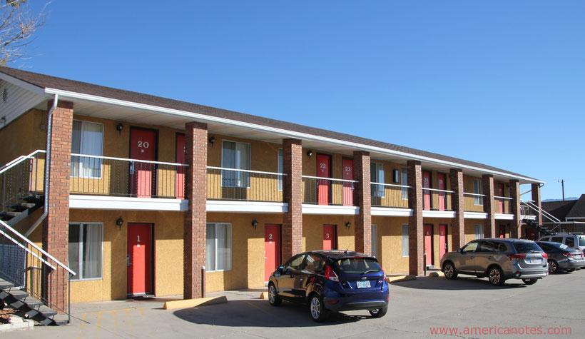 Unterkünfte in den USA buchen: Blick auf ein typisches Motel unterwegs, in Panguitch, Utah, USA