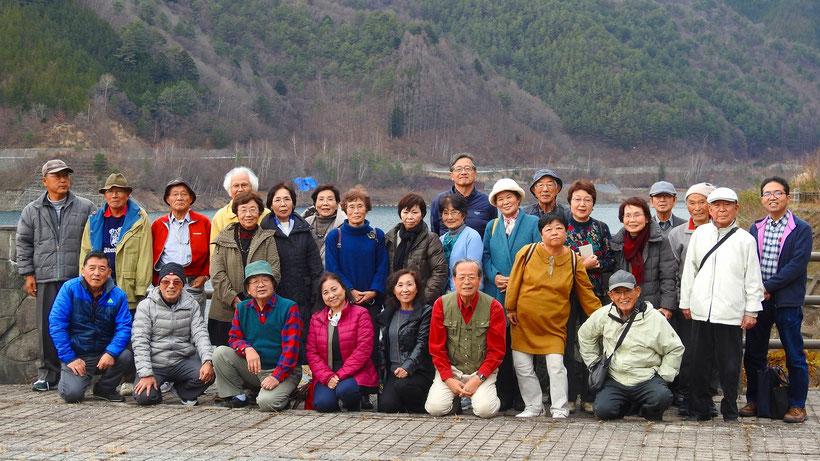 味噌川ダムでは全員の写真をパチリ!職員さんに取っていただきました。(一人いませんね~)