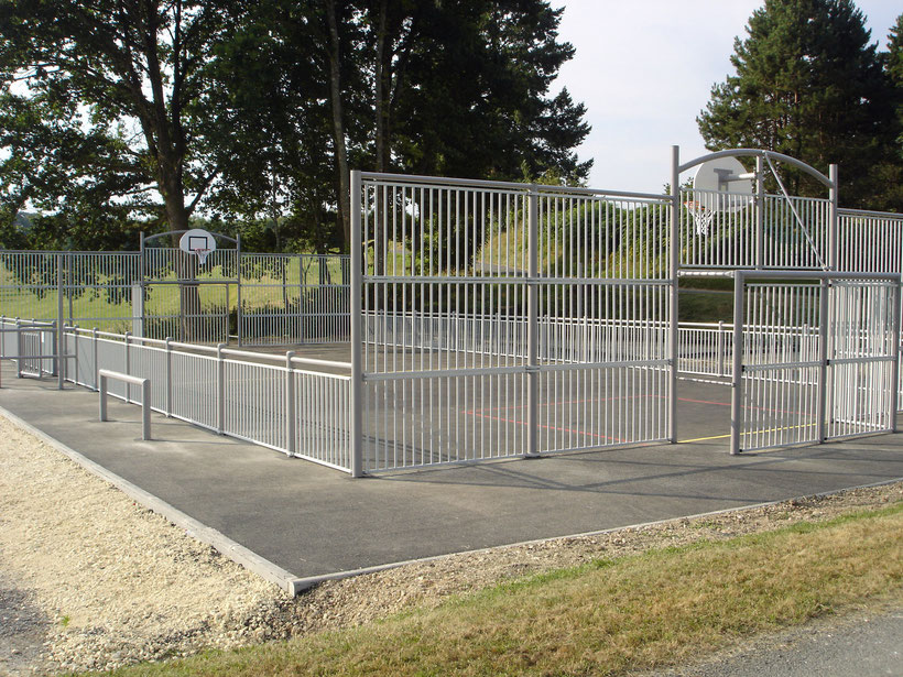 Terrain multisports accessible à tous. Cet équipement est situé derrière la salle des fêtes, à proximité de l'école.