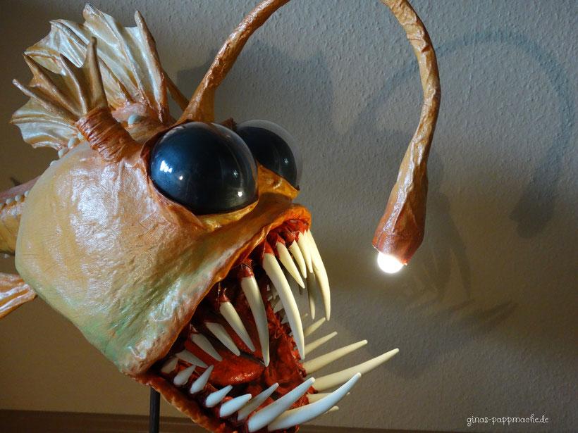 Anglerfisch, Monsterfisch, Papiermache, papermache, pappmache, Fischlampe, leuchtender Fisch, Kunst, Skulptur