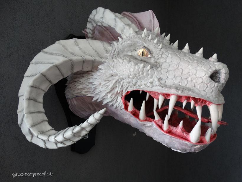 Pappmache, papermache, weißer Drache, Drachenkopf, Drachentrophäe, Kunst