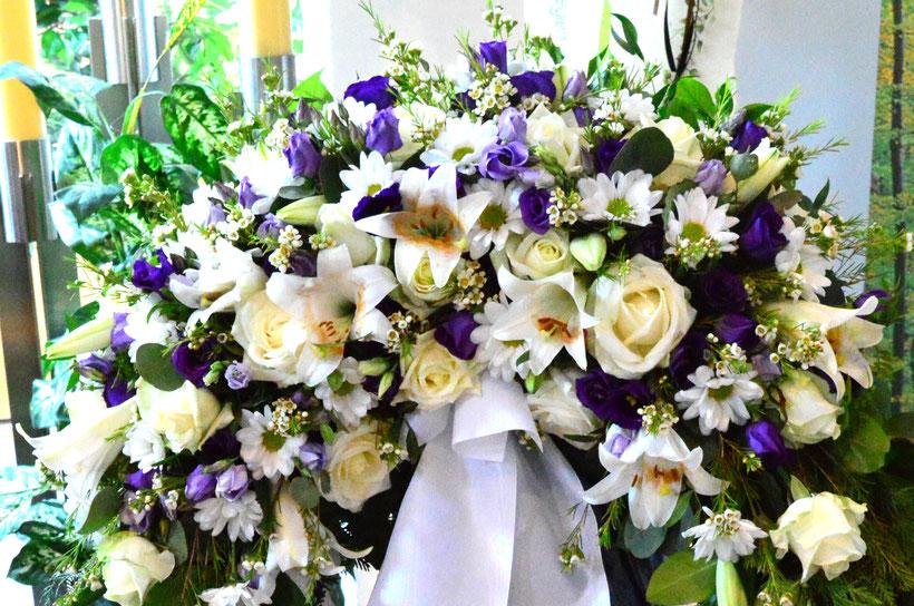 Beerdigung eleganter, grosser Kranz mit weißen Lilien, weißen Rosen, weissen Margeritten lilablauen Iris u.v.m.