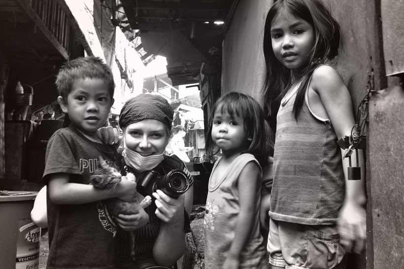 Memory shot with the children of Smokey Mountain - The slums of Manila, Philippines © Edward Cheng