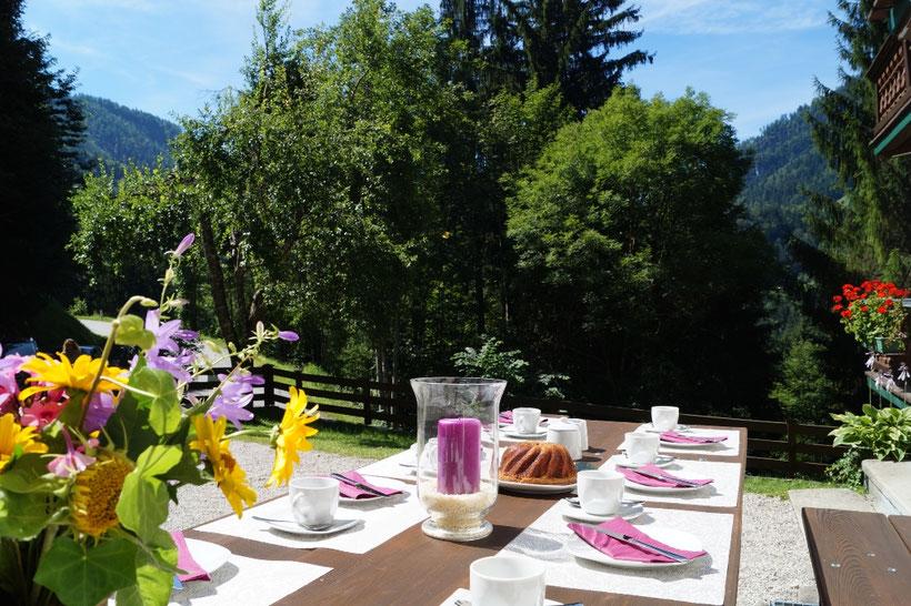 die Terrasse beim Ferienhaus Glemmtaler Berghütt´n in Thiersee in Tirol