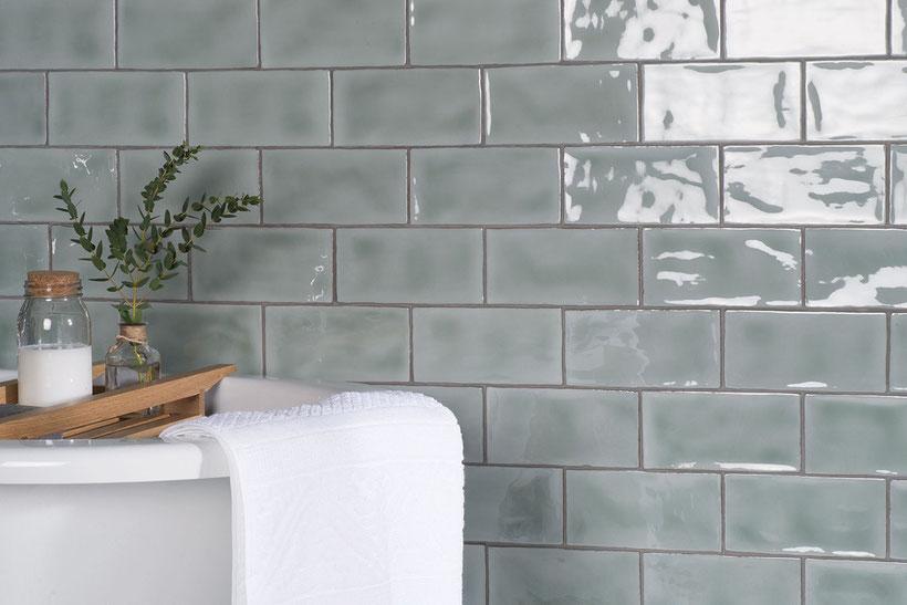 Wand mit Keramikfliesen von The Winchester Tile Company