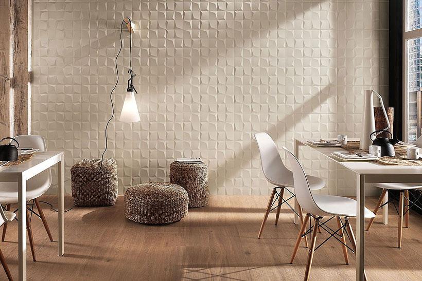 Wohnzimmerwand mit dreidimensionalen Fliesen der Serie Lumina Cube von FAP