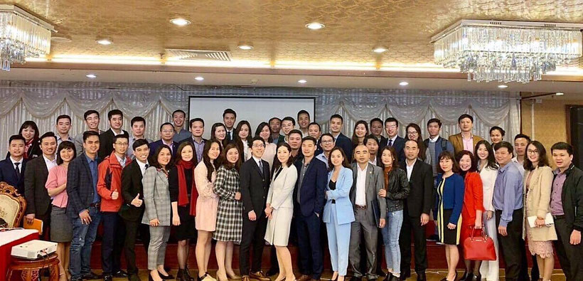 講演会終了後に、会場にて参加者の皆さんと一緒に撮った集合写真です。