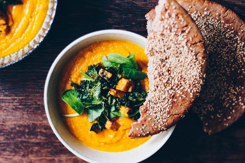 Kürbis Lauch Birnen Suppe mit Grünkohl-Tempeh