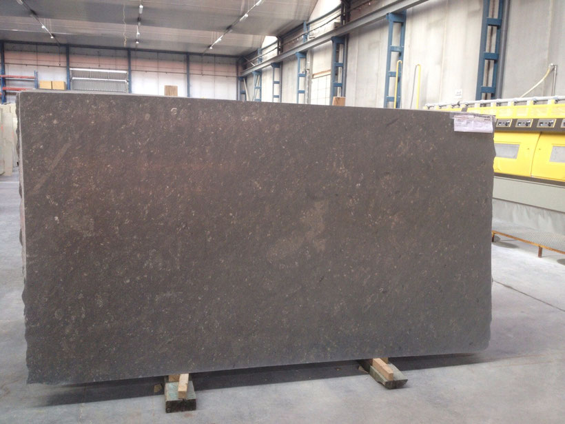 Polished slab 270x155x2cm.
