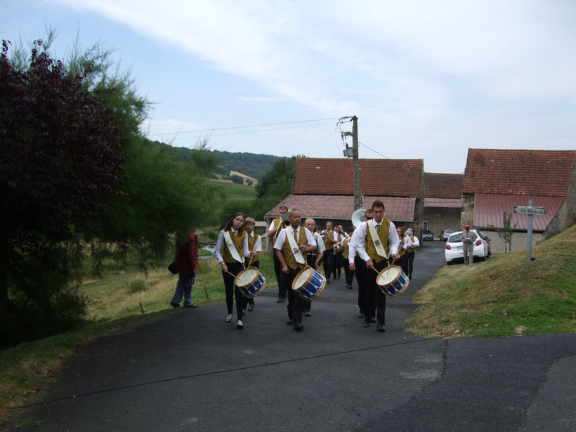 10h30 : La cérémonie officielle démarre  au calvaire de la Verdure en présence de l'harmonie de Dormans.