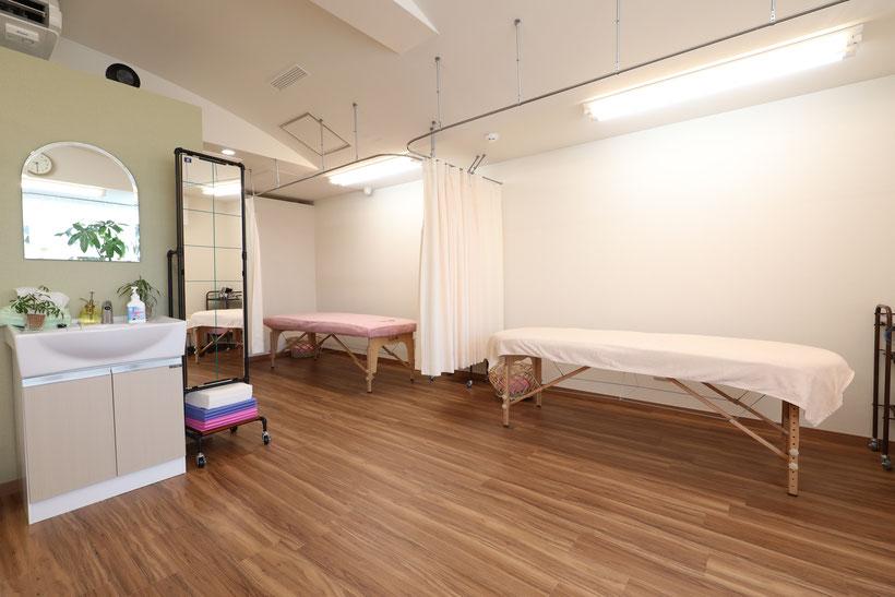 明るく開放的な治療室です