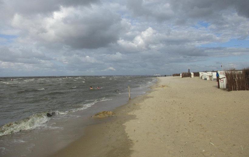 Für Nordsee-Fans ist auch im Herbst ein Bad in der aufgerauten Nordsee eine Erfrischung