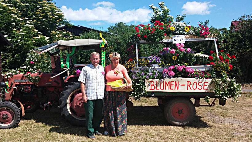 Blumen Rose | Mit dem geschmückten Blumenwagen bereit fürs Erntefest