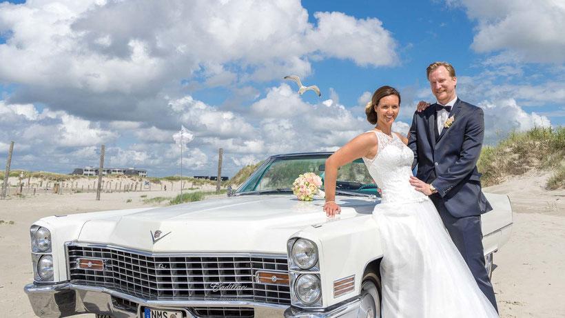 hochzeitsauto, brautpaar, strandhochzeit, fotograf st. peter-ording, fotograf hochzeit, möwe, dünen, nordsee, heiraten an der nordsee, heiraten in st. peter-ording