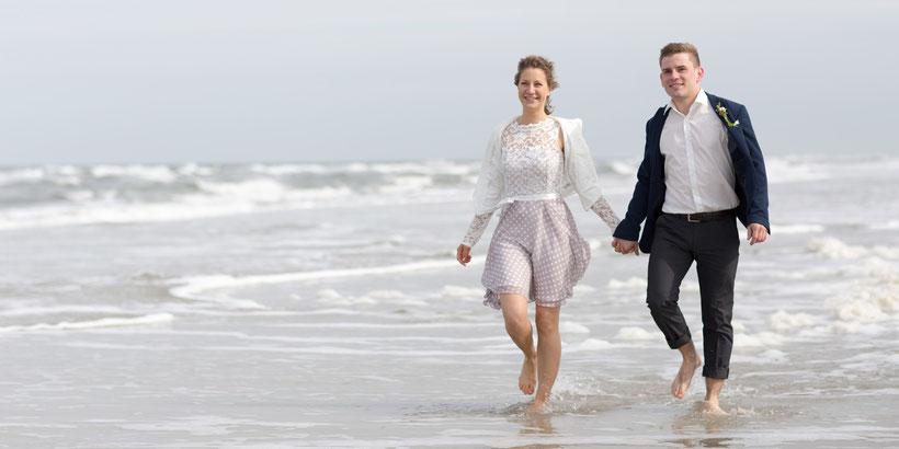 fotograf st. peter-ording, hochzeitsfoto, brautpaar, strand, wellen, hochzeitsbilder am strand, strandromantik