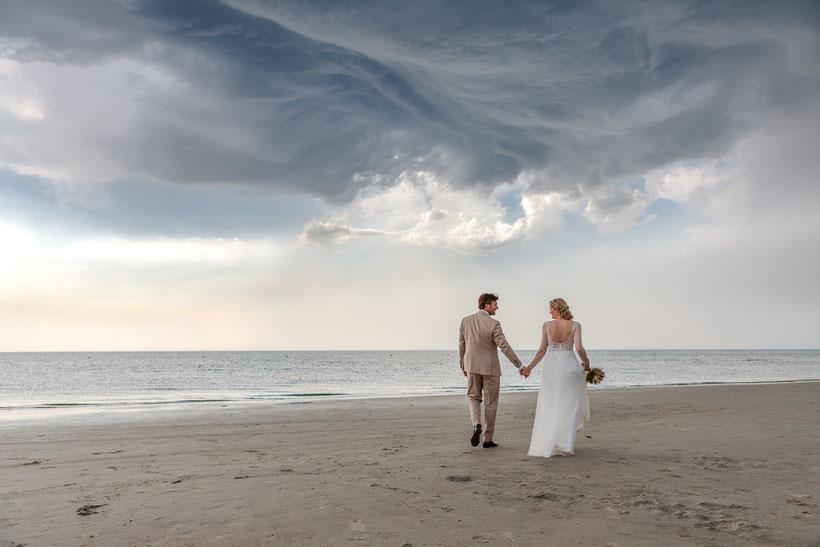 hochzeitsbilder am strand, nordsee, strand, wolken, brautpaar, fotograf st. peter-ording, hochzeitsfotograf st. peter-ording