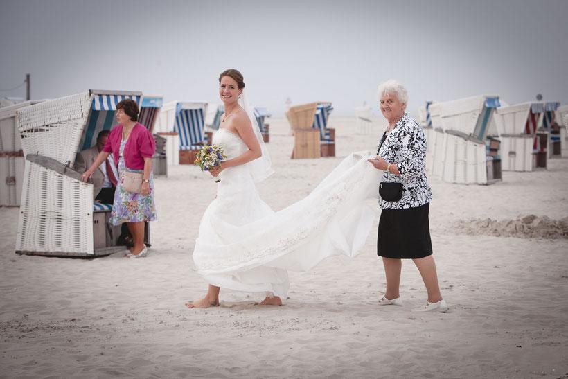 hochzeitsfotos, strandhochzeit, freie trauung st. peter-ording, heiraten am strand, oma und braut, nordsee, heiraten an der nordsee, fotograf hochzeit, strandkörbe