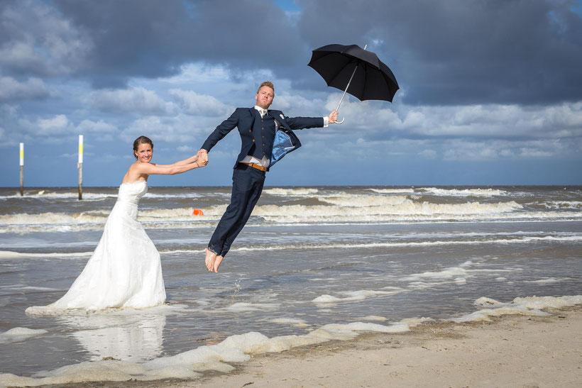 brautpaar, schirm, nordsee, fotograf st. peter-ording, hochzeitsfotograf sankt peter-ording, hochzeitsbilder am strand,