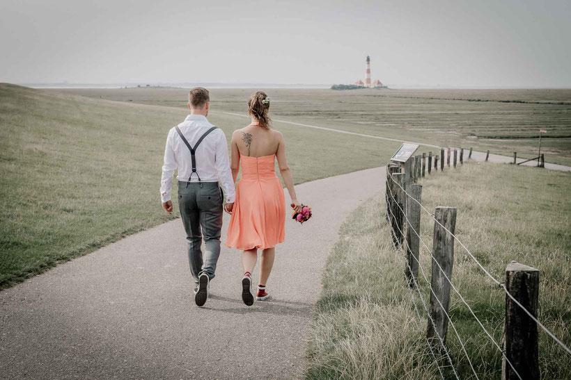 fotograf hochzeit, heiraten auf dem leuchtturm, leuchtturm westerhever, nordsee, deich, brautpaar, fotograf westerhever, hochzeit westerhever, hochzeitsfotos an der nordsee