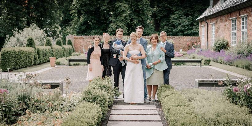 schloss vor husum, fotograf hochzeit husum, gruppenbild, schlossgarten, brautpaar, standesamtliche trauung husum