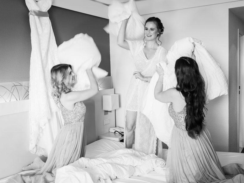 fotograf hochzeit, heiraten in st. peter-ording, kissenschlacht, braut, brautjungfern, hotel ambassador, fotograf st. peter-ording, lustige hochzeitsfotos