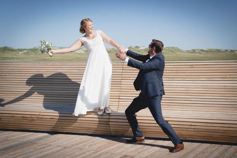 fotograf hochzeit, heiraten in st. peter-ording, brautpaar, badbrücke, strand, dünen, heiraten am strand, hochzeitsbilder