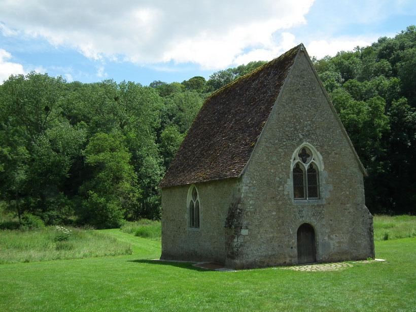 La chapelle de Saint-Céneri est construite au milieu d'un champ