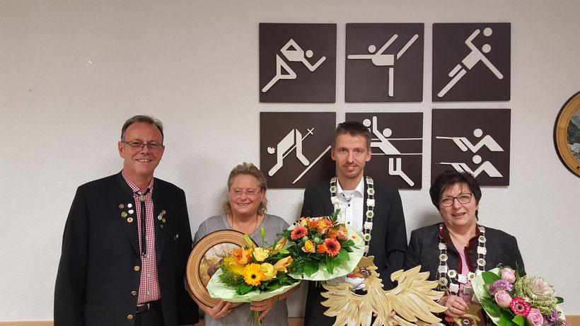 Königsschießen im November 2017: vrnl. Königin Magret Viehmann, König Holger Viehmann, bei den Gästen traf Ute Krause ins Schwarze und Abteilungsleiter Gerhard Homrighausen