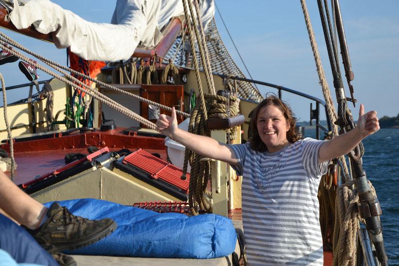 Fröhliche Mitseglerin auf dem Vorschiff