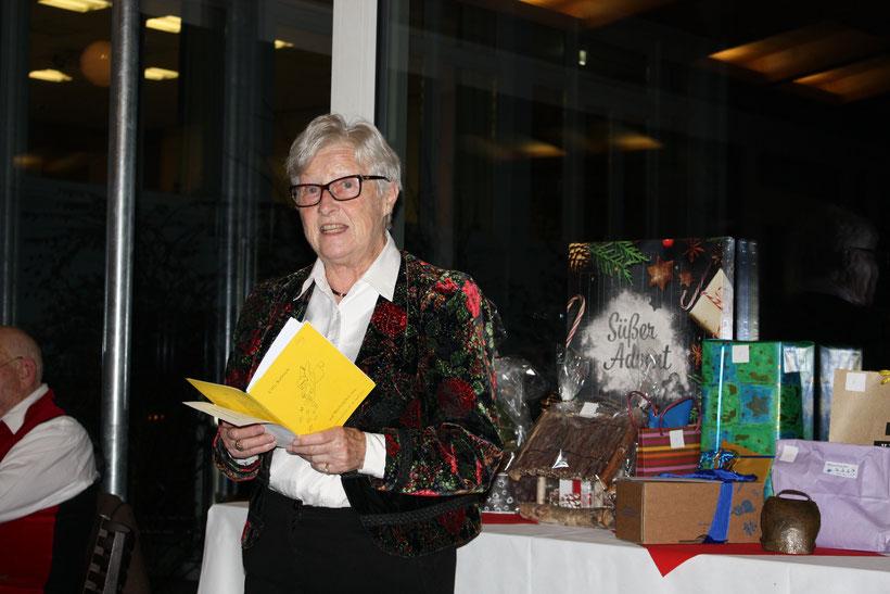 Unsere Cilly Kaletsch – für ihre Mundartgedichte mit dem Poetenteller des bayerischen Ministerpräsidenten ausgezeichnet – trägt ein Weihnachts'gschichterl aus eigener Feder vor