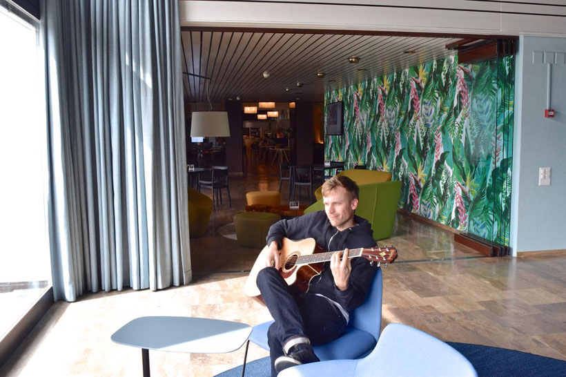 Park Hotel Brenscino in Brissago - Playing Guitar