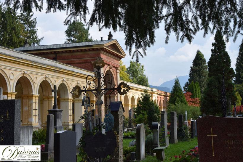 Der Salzburger Kommunalfriedhof. Ehrwürdige Ziegelmauern und Arkaden rund um den schönsten Friedhof und Erholungsraum Salzburgs.