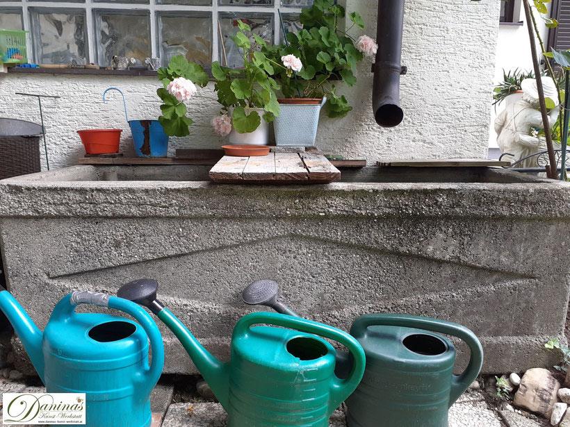 Im Naturgarten wird Regenwasser aufgefangen und zum Gießen verwendet. Das reduziert den Trinkwasserverbrauch.