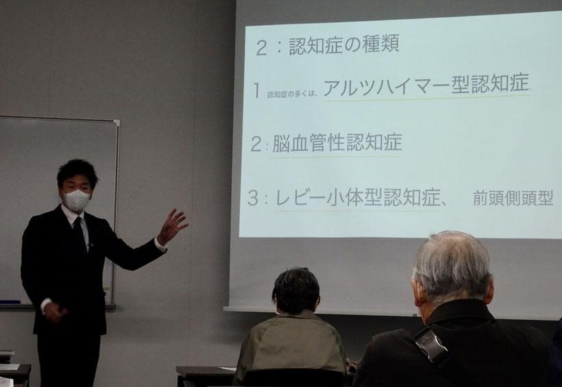認知症について講話する田中泰弘さん