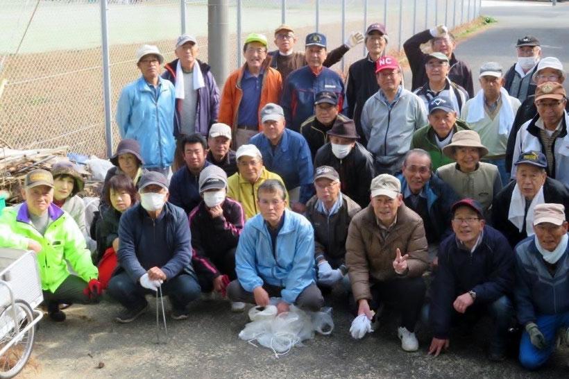 花鶴川河口で清掃活動に参加した古賀西校区の皆さん