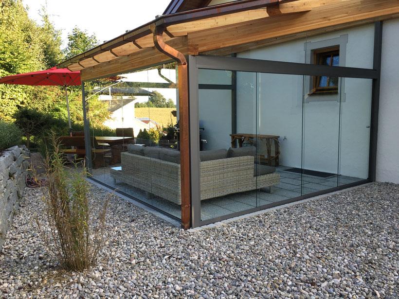 Terrassenüberdachung aus Holz und Alu mit Glaswänden in Moosburg