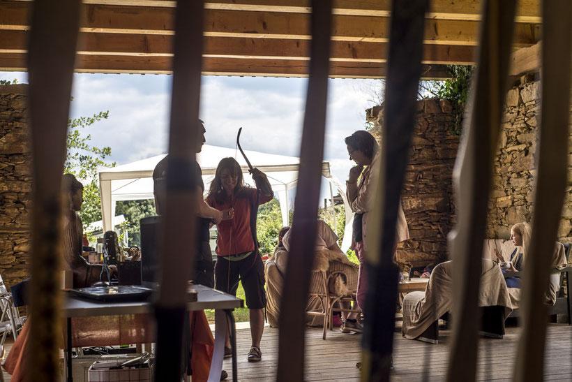 Beim Bogentesten auf der Terrasse