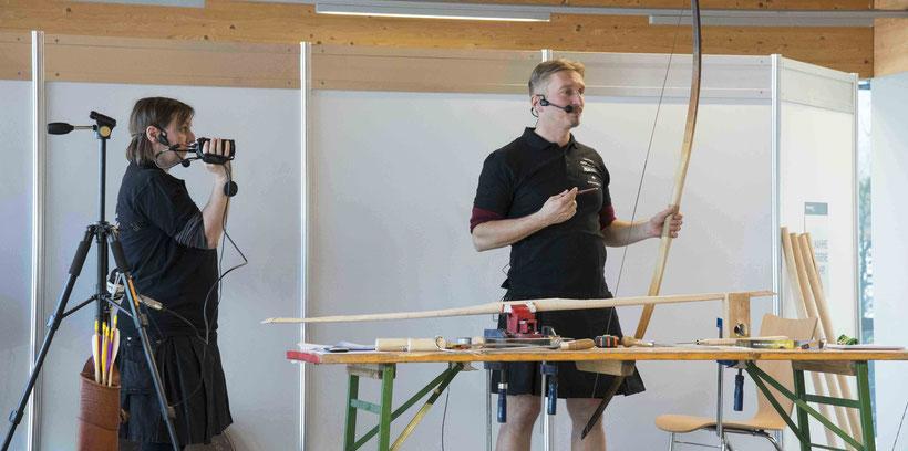 Ich erkläre gerade auf der Bühne einen Arbeitsschritt beim Bogenbau