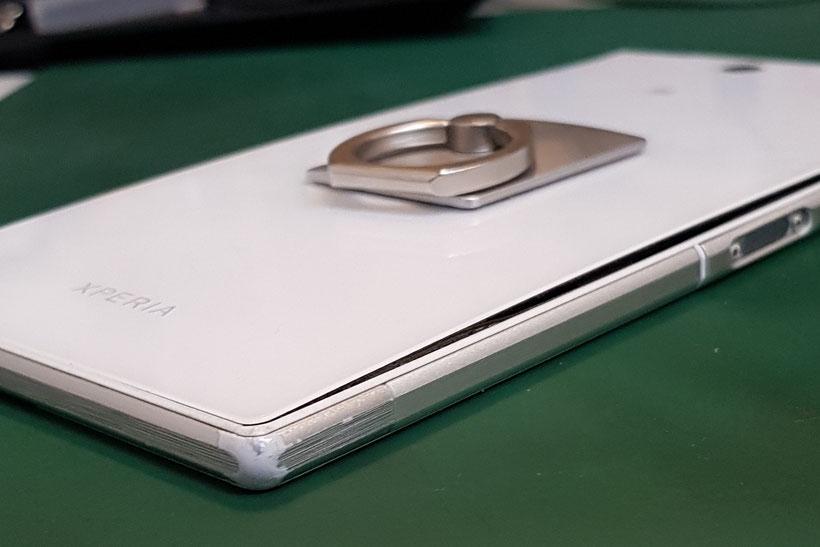 SONY XPERIA Z5のバックパネルがバッテリー膨張で内部からリフトアップされて浮いてしまっている