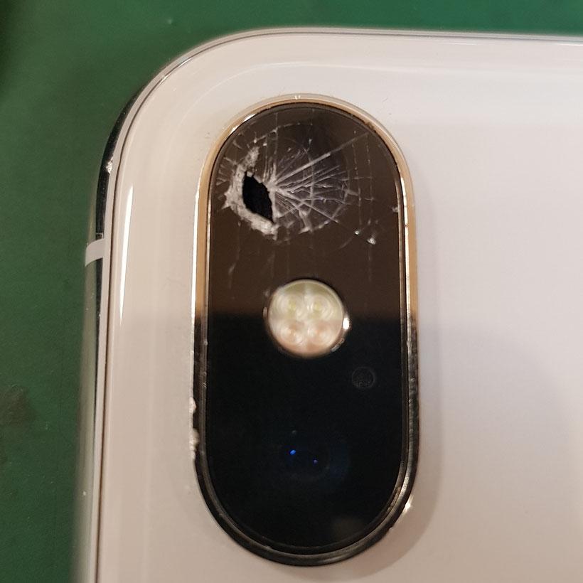 iPhoneXぶつけてカメラレンズが割れている