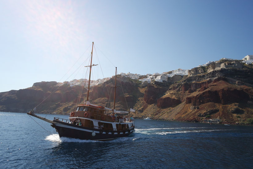 Boat cruise to the Santorini vulcano