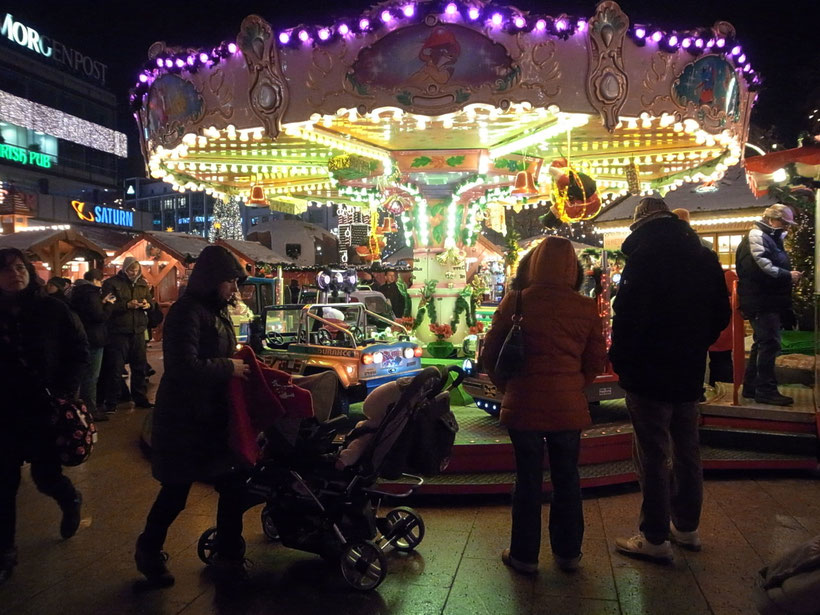 メリーゴーランドは動物園駅の前のクリスマスマーケットで。人気あるね。